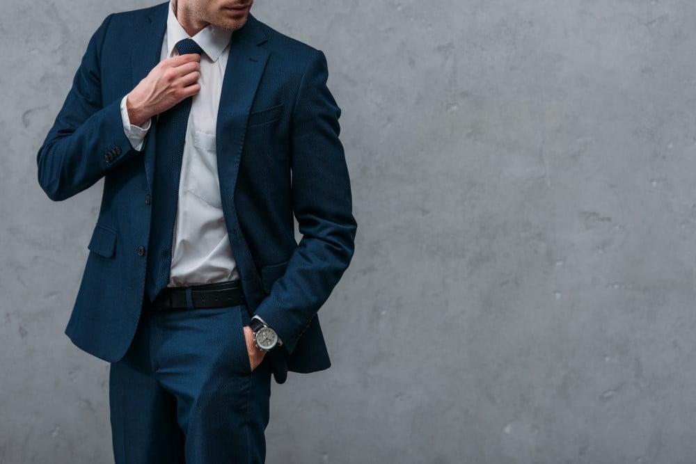 Mand i habitjakke og bukser